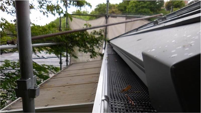 雨樋の落ち葉ネットの施工