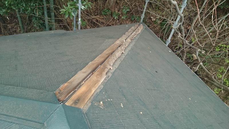 棟板金が飛散したスレート屋根