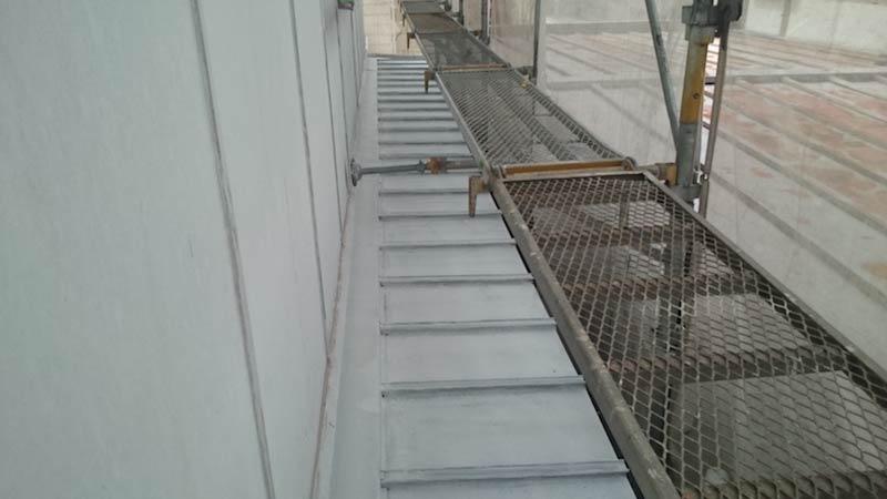 下屋根の塗装前の様子