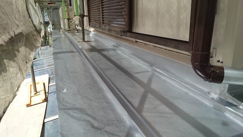 下屋根の塗装後の様子