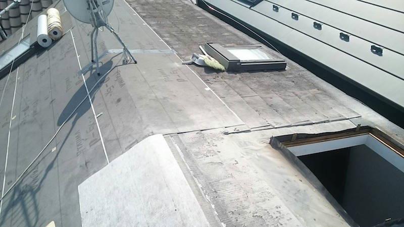 既存の屋根材の撤去とトップライトの撤去