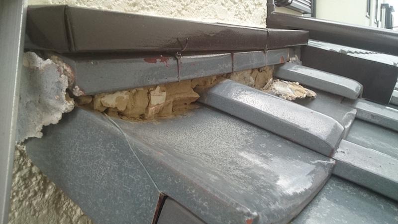 漆喰が劣化した日本瓦屋根の下屋根