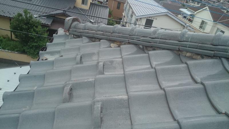漆喰が劣化した日本瓦屋根の棟