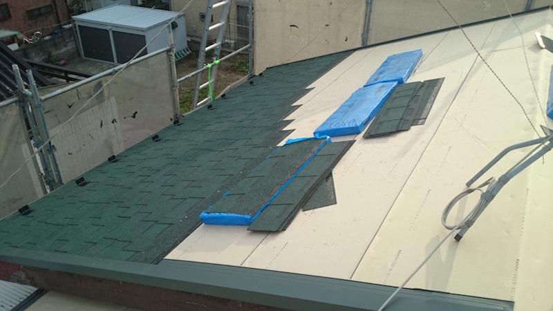 大屋根のアスファルトシングルの鋼板の施工
