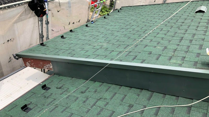 大屋根の破風板金の施工