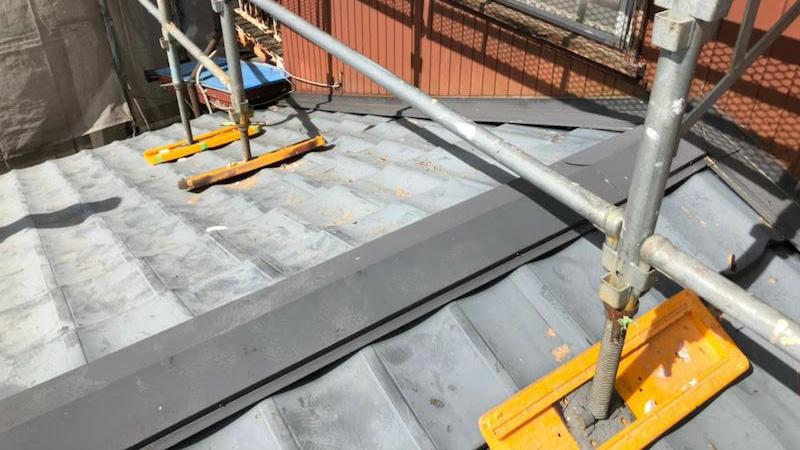 下屋根の葺き替え工事の施工前の様子
