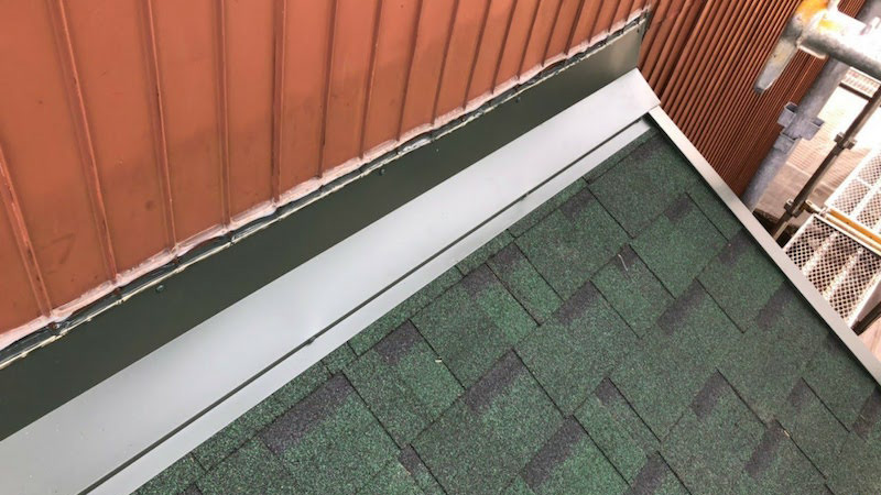 下屋根の屋根材の施工