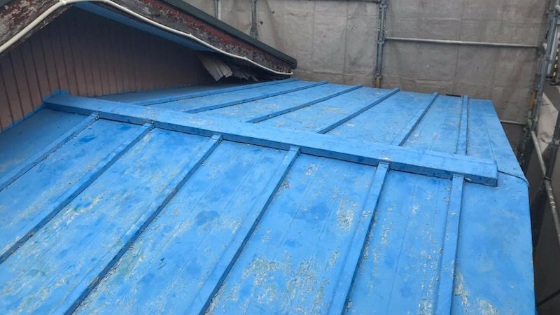 瓦棒屋根の葺き替え工事の施工前の様子