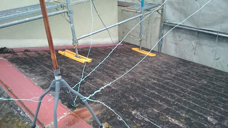 下屋根のスレート瓦