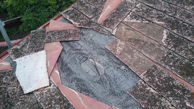屋根材が破損したスレート瓦