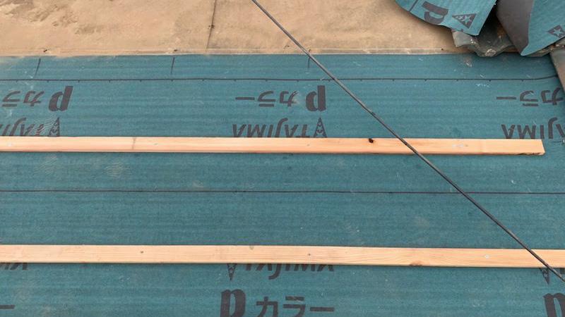 ルーフィングシートの施工と瓦桟の様子