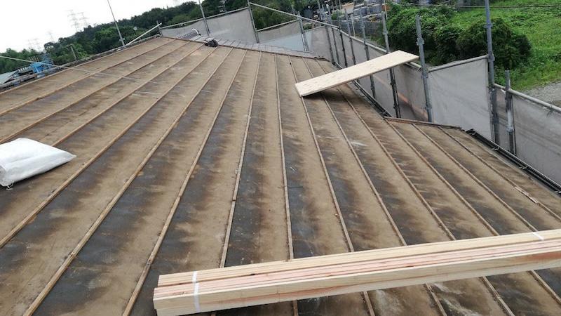 屋根葺き替え工事の瓦落ろし