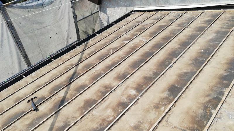 屋根葺き替え工事の瓦落ろし後の様子