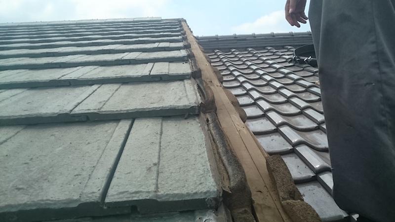 屋根の破風板が飛散したスレート瓦屋根