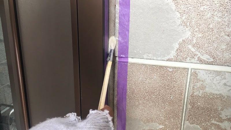 外壁のコーキング交換工事のプライマーの塗布