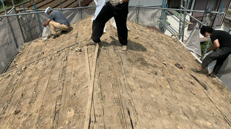 屋根葺き替え工事の瓦降ろし