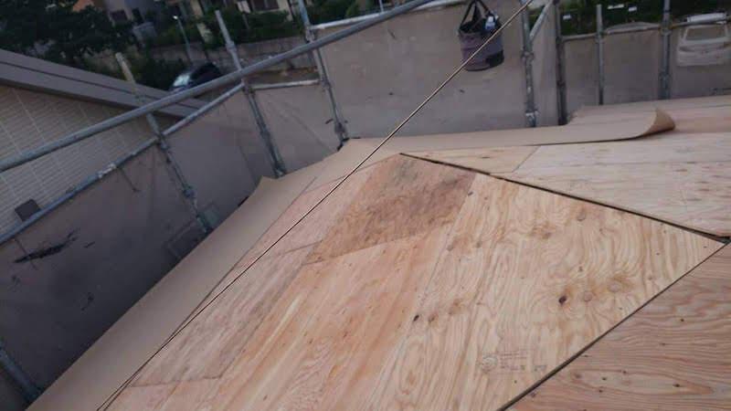 屋根葺き替え工事の野地板の施工
