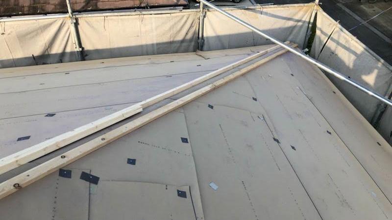 屋根カバー工法の棟下地の施工