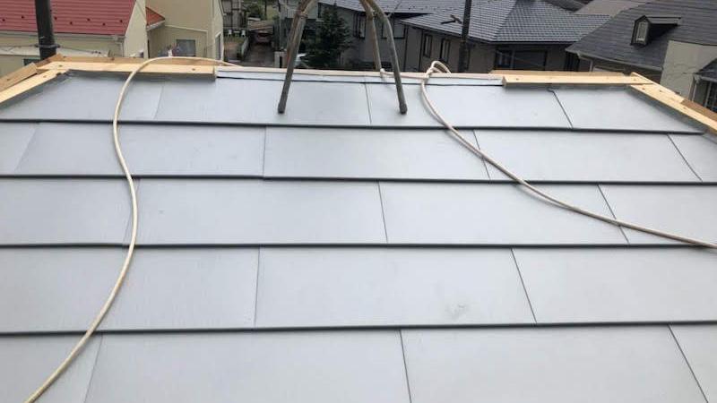 屋根カバー工法のガルバリウ鋼板の施工