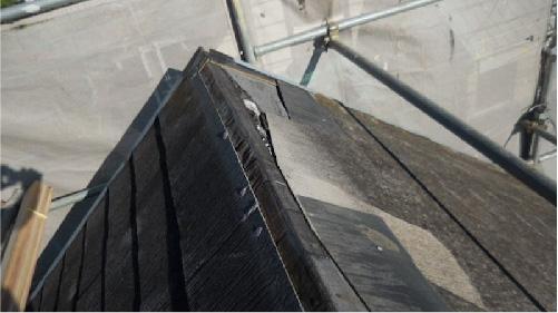 台風で飛散した屋根材と棟板金の様子