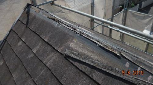 台風で飛散した棟板金の様子
