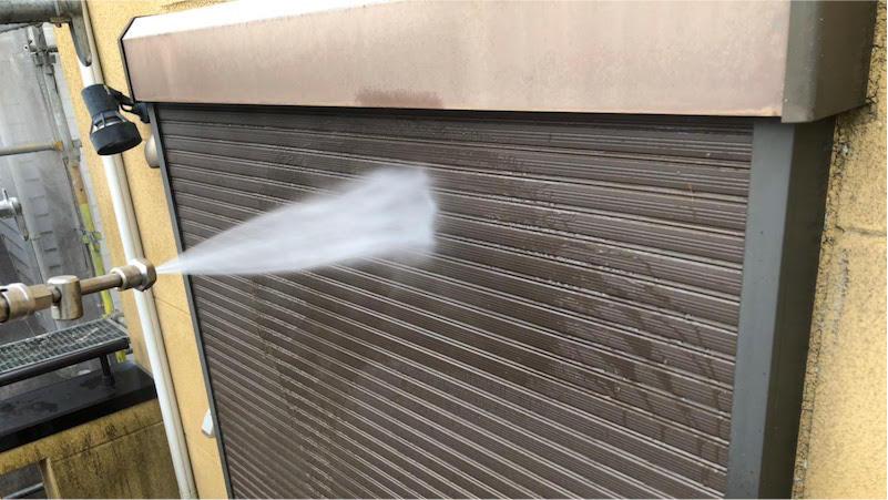 外壁塗装の高圧洗浄の施工中の様子