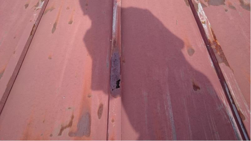 錆びて穴が発生したトタン屋根