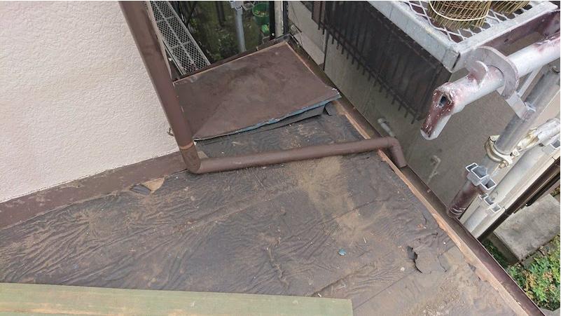 トタン瓦棒屋根の撤去作業の様子