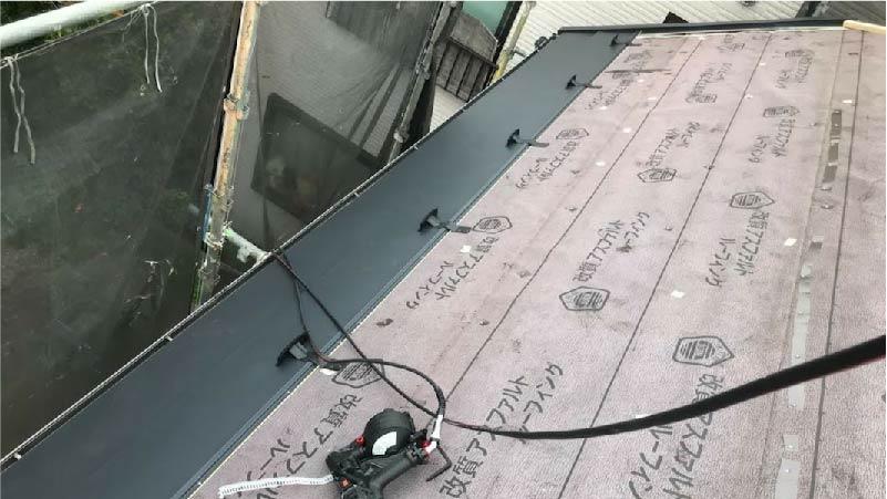 三郷市の屋根リフォームのガルバリウム鋼板の施工