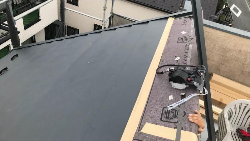 三郷市の屋根カバー工法の屋根材の施工