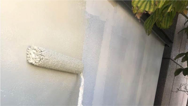 三郷市の外壁塗装の中塗り