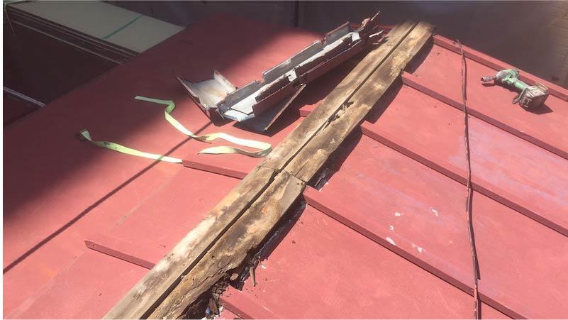 江戸川区の屋根葺き替え工事の棟板金の撤去