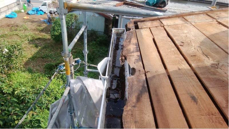 柏市の屋根葺き替え工事の既存屋根材の撤去