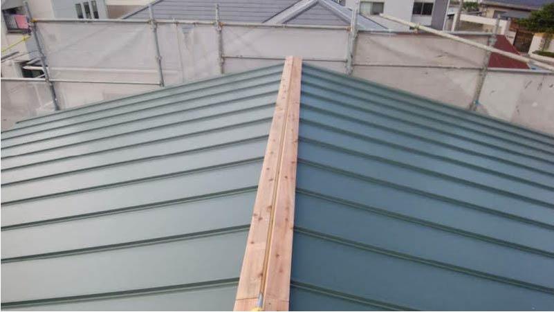 柏市の屋根葺き替え工事の棟板金の施工