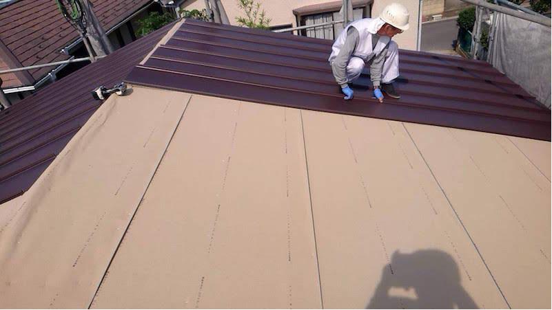 松戸市の屋根葺き替え工事のガルバリウム鋼板の施工
