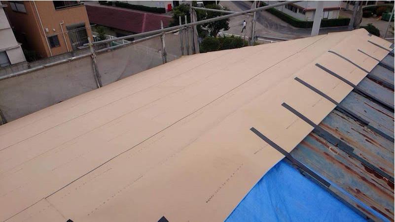 松戸市の屋根葺き替え工事の施工のルーフィングの施工