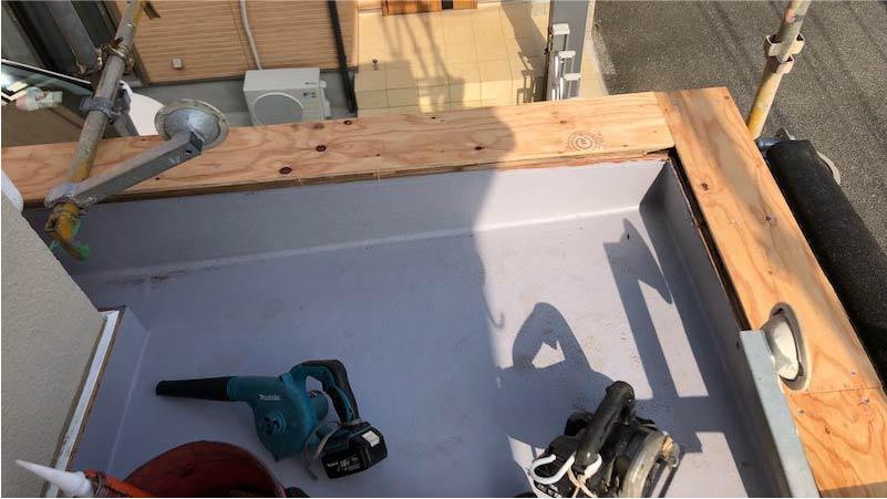 葛飾区の笠木の交換工事のベニア下地の施工