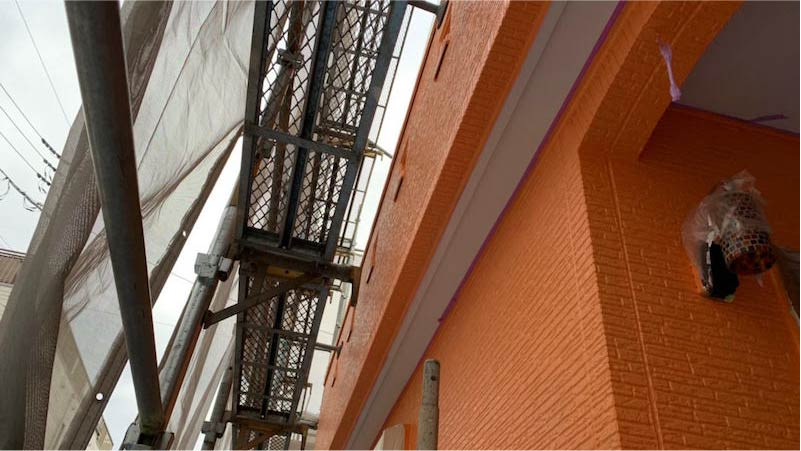 越谷市の外壁塗装の中塗り