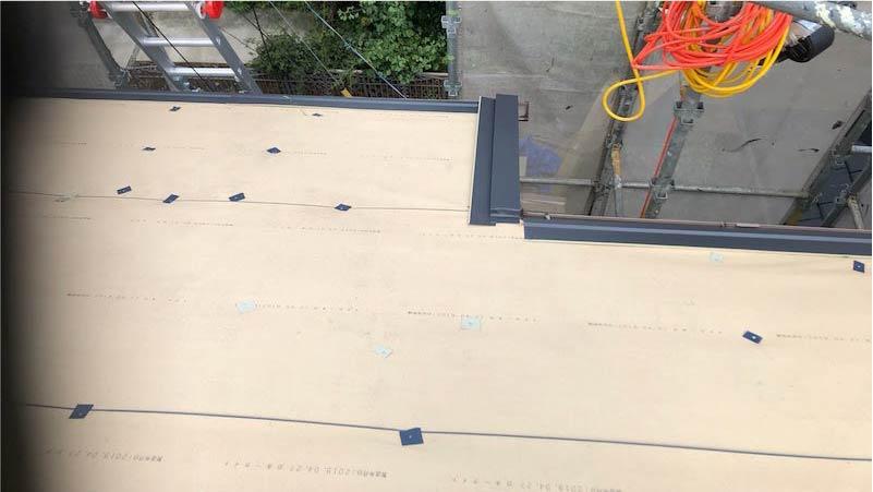 屋根カバー工法の軒先水切りの施工