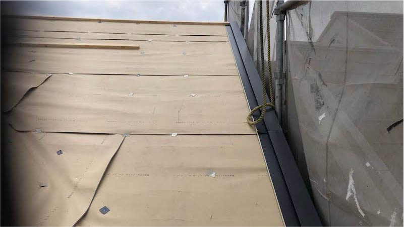 屋根カバー工法のケラバ水切りの施工