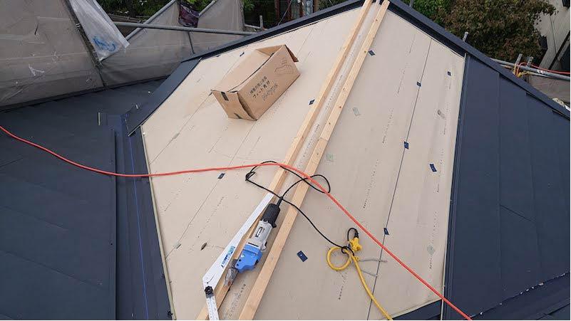 屋根カバー工法のガルバリウム鋼板の施工