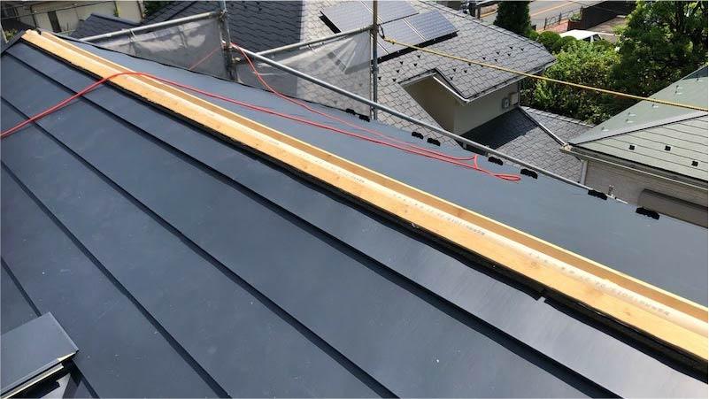 屋根カバー工のガルバリウム鋼板の施工