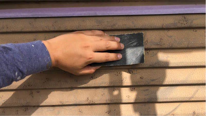 雨戸塗装のケレン作業