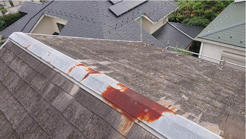 赤錆が発生したスレート屋根の棟板金