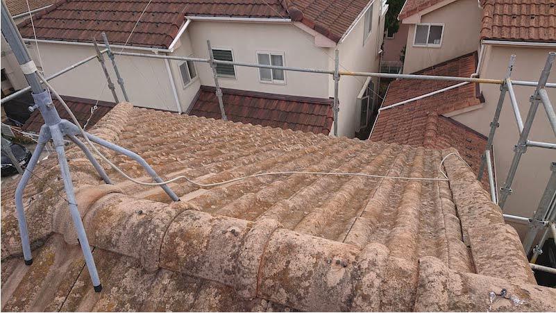 三郷市の屋根の葺き替え工事の施工前の様子