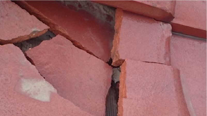 屋根瓦の冠瓦の破損