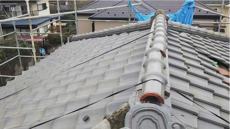台風で崩れた日本瓦の屋根
