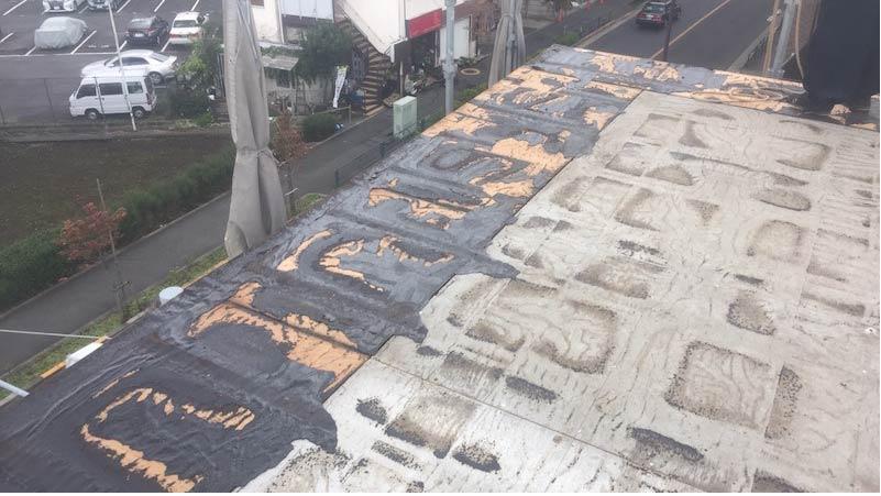 松戸市の屋根葺き替え工事の屋根材の撤去