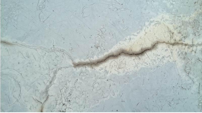 防水層経年劣化によるひび割れ