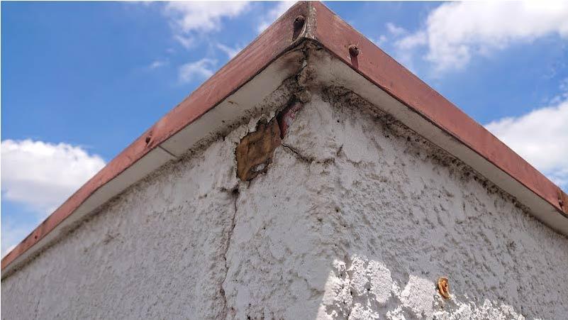 屋上の外壁のひび割れ